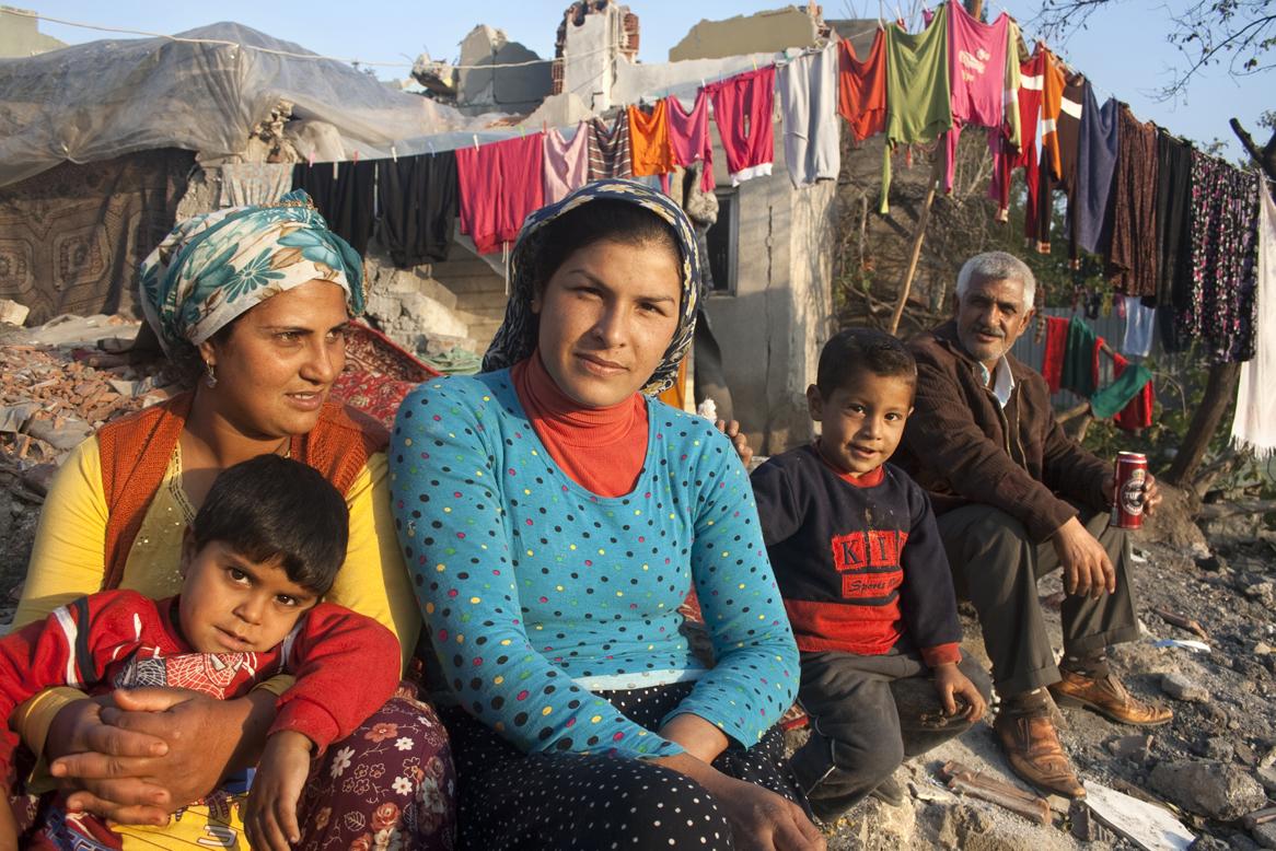 Una família gitana de Sulukulé, al atardecer delante de su casa