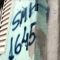 "El impacto en el nivel ""micro"": una casa marcada para la demolición en Río. Del video ""No, I'm not going to the World Cup"" (2013)"