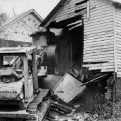 """Imágen de 1984 en Gainsboro, cuya destrucción es descrita en """"Root Shock"""""""