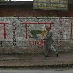"""Estírate, cúbrete, agarrate"": instrucciones en caso de terremotos, Kathmandu (Nepal). Foto: Stefano Portelli, 2013."
