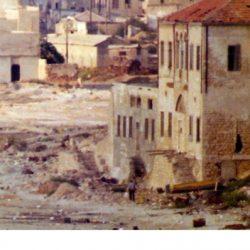 Ruinas de un edificio en la playa de Jaffa, ahora parcialmente convertido en un museo sionista (foto: 1973)