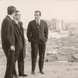 Pierpaolo Pasolini, Joan Goytisolo i Salvador Clotas a Montjuic, 1968: al fons, les barraques de Can Tunis. D'una entrada del blog de Oriol Nel·lo