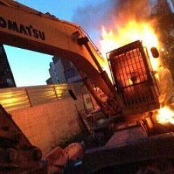 Il fuoco con cui si è bruciata questa scavatrice già si è spento: ma quello che mille di noi portano dentro, ancora brucia.