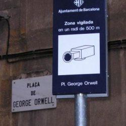 """Plaça George Orwell en Barcelona vigilada por cámares: tan absurdo que se la conoce como """"la plaza del tripi"""" (!)"""