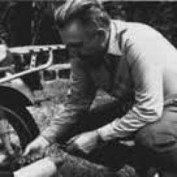 """Robert Pirsig és l'autor de """"Zen y el arte del mantenimiento de la motocicleta"""" (1974)"""